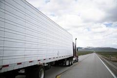 Ημι εγκατάσταση γεώτρησης φορτηγών με την οδήγηση σημαιοφόρων στην επικείμενη γραμμή κυκλοφορίας Στοκ εικόνες με δικαίωμα ελεύθερης χρήσης