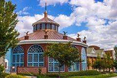 Ημι κυκλικό κτήριο με τους αετούς & τον πυργίσκο στοκ εικόνα με δικαίωμα ελεύθερης χρήσης