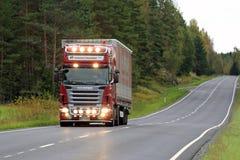 Ημι μεταφορά με φορτηγό Scania με τους φωτεινούς προβολείς Στοκ φωτογραφία με δικαίωμα ελεύθερης χρήσης