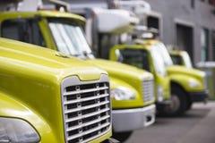 Ημι φορτηγά μεσαίας τάξης με τα ρυμουλκά κιβωτίων για την κίνηση και delive Στοκ Εικόνα
