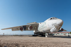 Ηνωμένα Αραβικά Εμιράτα, Ντουμπάι, 07/11/2015, εγκαταλειμμένο αεροπλάνο μεταφοράς εμπορευμάτων που αφήνεται στην έρημο στο Al Quw Στοκ Φωτογραφία