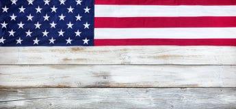 Ηνωμένη σημαία υφασμάτων στο άσπρο εκλεκτής ποιότητας ξύλινο υπόβαθρο σανίδων στοκ φωτογραφίες
