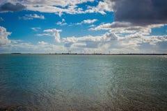 2016 Ηνωμένη Mersea άποψη από ακτή στα windmils στοκ εικόνες