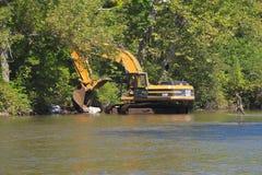 ΗΠΑ, Βερμόντ: Εκσκαφέας - που καθαρίζει επάνω έναν ποταμό Στοκ Φωτογραφία