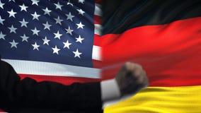 ΗΠΑ εναντίον της αντιμετώπισης της Γερμανίας, διαφωνία χωρών, πυγμές στο υπόβαθρο σημαιών απόθεμα βίντεο