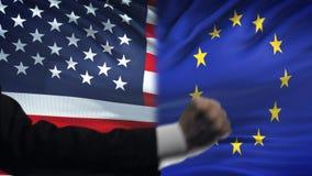 ΗΠΑ εναντίον της αντιμετώπισης της ΕΕ, διαφωνία χωρών, πυγμές στο υπόβαθρο σημαιών απόθεμα βίντεο