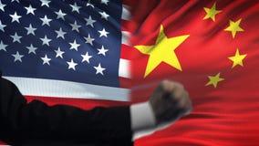 ΗΠΑ εναντίον της αντιμετώπισης της Κίνας, διαφωνία χωρών, πυγμές στο υπόβαθρο σημαιών απόθεμα βίντεο