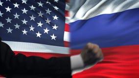 ΗΠΑ εναντίον της αντιμετώπισης της Ρωσίας, διαφωνία χωρών, πυγμές στο υπόβαθρο σημαιών απόθεμα βίντεο