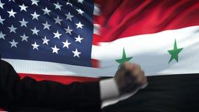 ΗΠΑ εναντίον της αντιμετώπισης της Συρίας, διαφωνία χωρών, πυγμές στο υπόβαθρο σημαιών φιλμ μικρού μήκους