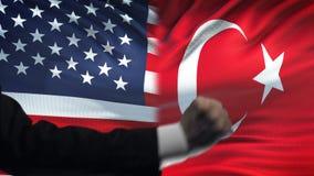 ΗΠΑ εναντίον της αντιμετώπισης της Τουρκίας, διαφωνία χωρών, πυγμές στο υπόβαθρο σημαιών απόθεμα βίντεο