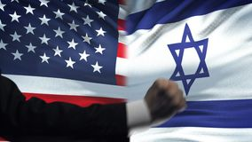 ΗΠΑ εναντίον της αντιμετώπισης του Ισραήλ, διαφωνία χωρών, πυγμές στο υπόβαθρο σημαιών απόθεμα βίντεο
