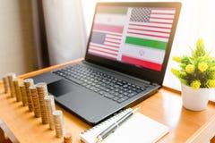 ΗΠΑ εναντίον της σημαίας του ΙΡΆΚ στο υπόβαθρο lap-top στοκ φωτογραφία με δικαίωμα ελεύθερης χρήσης