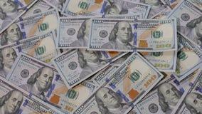 ΗΠΑ 100 λογαριασμοί δολαρίων που ρίχνονται στο επιτραπέζιο σύνολο των λογαριασμών δολαρίων φιλμ μικρού μήκους