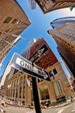 29 03 2007, ΗΠΑ, Νέα Υόρκη: ΕΝΑΣ δείκτης ΤΡΟΠΩΝ με τις απόψεις του ουρανού Στοκ Φωτογραφίες