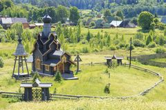 Ηρεμία κάτω βάρκες Ξύλινη εκκλησία Mountais στη Ρωσία στοκ εικόνα με δικαίωμα ελεύθερης χρήσης