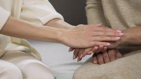 Ηρεμώντας μητέρα κορών κάτω, τρυπώντας το χέρι της, που υπερνικά την πρόκληση ζωής απόθεμα βίντεο
