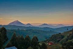 Ηφαίστεια της Ουγκάντας με τα σύννεφα πρωινού και το βαλμένο σε στρώσεις χρωματισμένο ουρανό στοκ φωτογραφία με δικαίωμα ελεύθερης χρήσης
