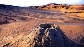 Ηφαίστειο λάσπης που εκρήγνυται σε ένα ξηρό τοπίο ερήμων στοκ φωτογραφία με δικαίωμα ελεύθερης χρήσης