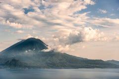 Ηφαίστειο στη λίμνη στοκ εικόνες με δικαίωμα ελεύθερης χρήσης