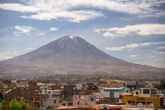 Ηφαίστειο EL Misti σε Arequipa, το διάσημο προορισμό ταξιδιού και το ορόσημο στο Περού Στοκ εικόνα με δικαίωμα ελεύθερης χρήσης