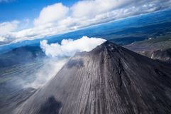 Ηφαίστειο Karymsky Επιφύλαξη φύσης Kronotsky όσον αφορά Kamchatka Τοπ όψη Κινηματογράφηση σε πρώτο πλάνο Στοκ Εικόνα