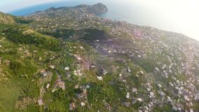 Ηφαιστειακά ισχία νησιών με πολλές ιδιωτικές οικονομίες και κήποι στους πράσινους λόφους φιλμ μικρού μήκους