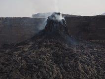 Ηφαιστειακή πυραμίδα καπνίσματος κοντά στο ηφαίστειο αγγλικής μπύρας Erta, Αιθιοπία στοκ εικόνες
