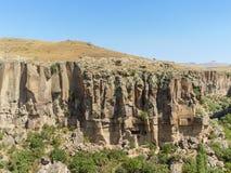 Ηφαιστειακοί απότομοι βράχοι και σχηματισμοί βράχου σε Cappadocia Στοκ φωτογραφίες με δικαίωμα ελεύθερης χρήσης