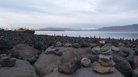 Ηφαιστειακοί βράχοι από έξω από το κέντρο συναυλιών στην Ισλανδία στοκ φωτογραφίες
