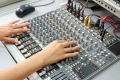 ηχητικά θηλυκά χέρια ελέγχ&o στοκ φωτογραφίες