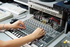 ηχητικά θηλυκά χέρια ελέγχ&o στοκ εικόνες
