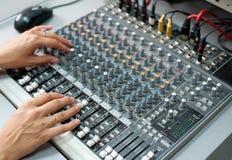 ηχητικά θηλυκά χέρια ελέγχ&o στοκ εικόνα με δικαίωμα ελεύθερης χρήσης