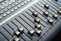 ηχητική κονσόλα που αναμιγνύει την επαγγελματική TV στούντιο Εξοπλισμός στούντιο καταγραφής Στοκ Εικόνες