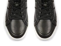 Η άκρη παπουτσιών που απομονώνεται των αθλητικών στο λευκό Στοκ Εικόνες