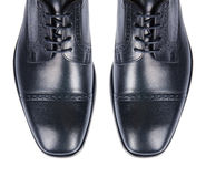 Η άκρη των αρσενικών παπουτσιών που απομονώνεται στο λευκό Στοκ Φωτογραφίες