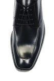 Η άκρη των αρσενικών παπουτσιών που απομονώνεται στο λευκό Στοκ Εικόνες