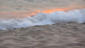 Η άμμος και η κυματωγή απόθεμα βίντεο