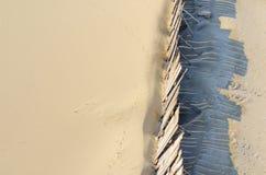 Η άμμος παραλιών προστατεύει από τον αέρα από τον ξύλινο τοίχο Στοκ Εικόνα