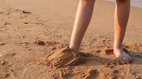 Η άμμος στα πέλματα των ποδιών που βλέπουν με τους τουρίστες στοκ φωτογραφίες
