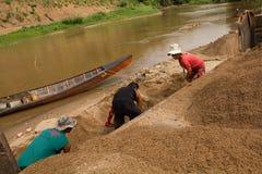 η άμμος του 03-06-2017 που εκσκάπτει την άμμο σταδιοδρομίας είναι ένα συστατικό στην κατασκευή Χρησιμοποιημένος στη μίξη με το κο Στοκ Εικόνες