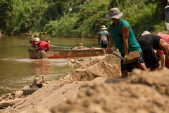η άμμος του 03-06-2017 που εκσκάπτει την άμμο σταδιοδρομίας είναι ένα συστατικό στην κατασκευή Χρησιμοποιημένος στη μίξη με το κο Στοκ Φωτογραφίες