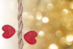 Η άμπελος και οι κόκκινες καρδιές διαμόρφωσαν τα φύλλα Στοκ φωτογραφίες με δικαίωμα ελεύθερης χρήσης