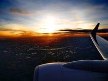 Η άνοδος ήλιων στο αεροπλάνο στοκ εικόνες με δικαίωμα ελεύθερης χρήσης