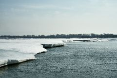 Η άνοιξη έρχεται στη Σιβηρία Συντριβές πάγου στον ποταμό, στάσεις δέντρων χωρίς φύλλα στοκ φωτογραφίες