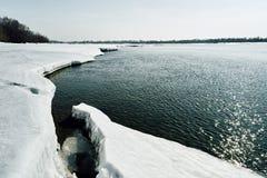 Η άνοιξη έρχεται στη Σιβηρία Συντριβές πάγου στον ποταμό, στάσεις δέντρων χωρίς φύλλα στοκ φωτογραφίες με δικαίωμα ελεύθερης χρήσης