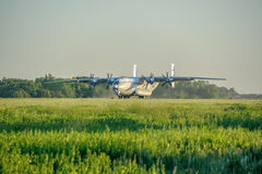 Η άνοδος ενός βαριού αεροσκάφους Antey μεταφορών στο διάδρομο Στοκ εικόνα με δικαίωμα ελεύθερης χρήσης