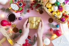 Η άποψη άνωθεν σχετικά με το δώρο εκμετάλλευσης ατόμων στα Χριστούγεννα ο ξύλινος πίνακας Στοκ φωτογραφία με δικαίωμα ελεύθερης χρήσης