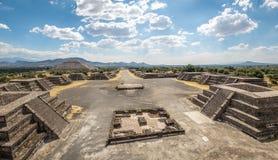 Η άποψη άνωθεν Plaza του φεγγαριού και της νεκρής λεωφόρου με την πυραμίδα ήλιων στο υπόβαθρο σε Teotihuacan καταστρέφει - Πόλη τ Στοκ Εικόνα