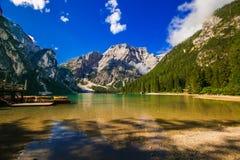 Η άποψη η αλπική λίμνη: Braies Pragser Wildsee, Alto Adige, Ιταλία Στοκ Φωτογραφίες