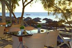 Η άποψη από έναν καφέ παραλιών, Santorini Στοκ φωτογραφία με δικαίωμα ελεύθερης χρήσης
